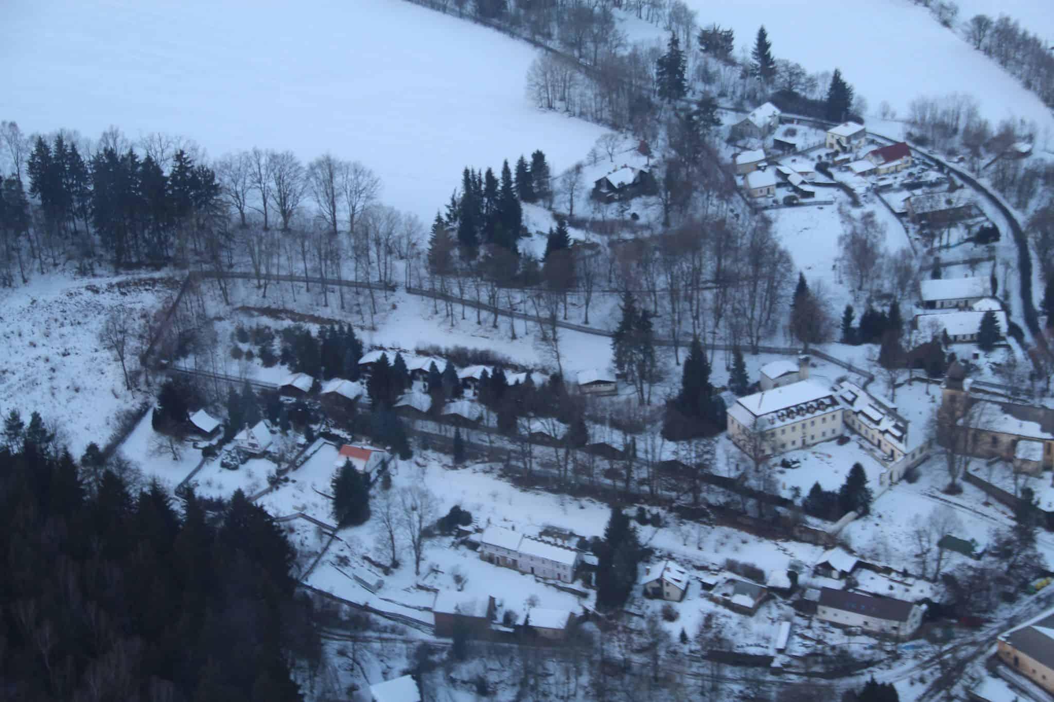Hotel a Zámecká fara Vidžín z ptačí perspektivy v zimě