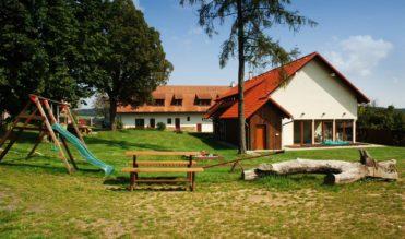 Zámeček Klokočov - pohled na hostinec, stodolu a hřiště