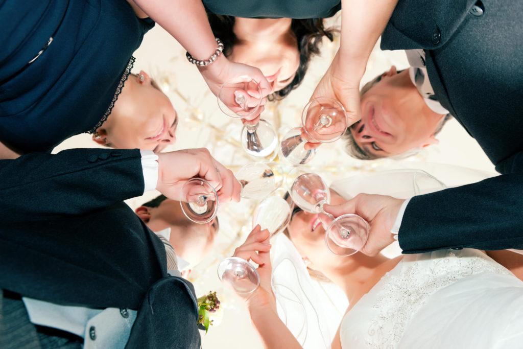 Svatební přípitek s nevěstou a ženiceh s netradičním spodním pohledem