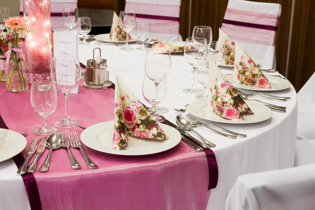 Elegantní svatební tabule prostřená v růžovo bílých barvách
