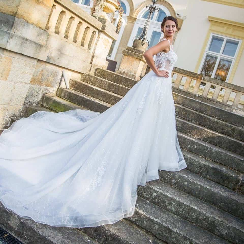 Zámek Dobřenice nevěsta na schodech