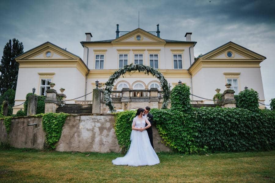 Zámek Dobřenice novomanželé u zámku