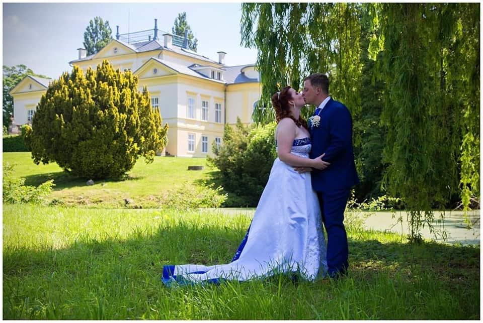 Zámek Dobřenice novomanželé v zahradě