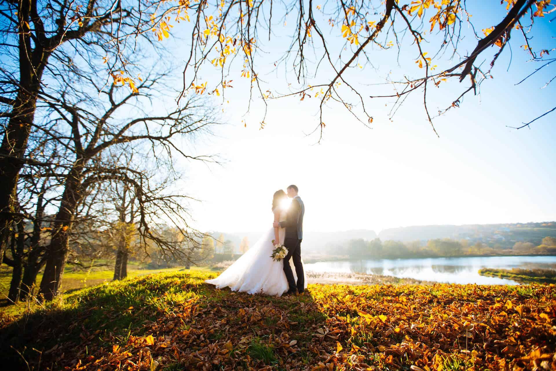 Svatební pár a nádherná podzimní scenérie zalitá sluncem