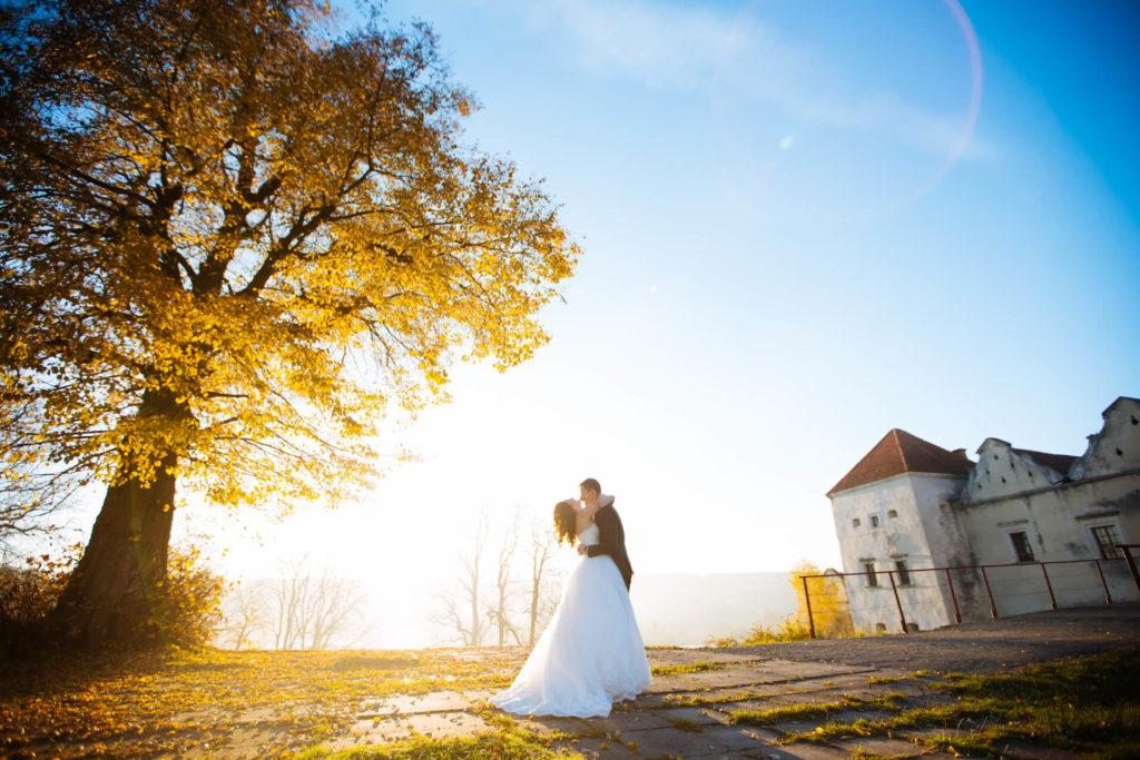 Podzimní svatba zalitá sluncem pod velkým stromem