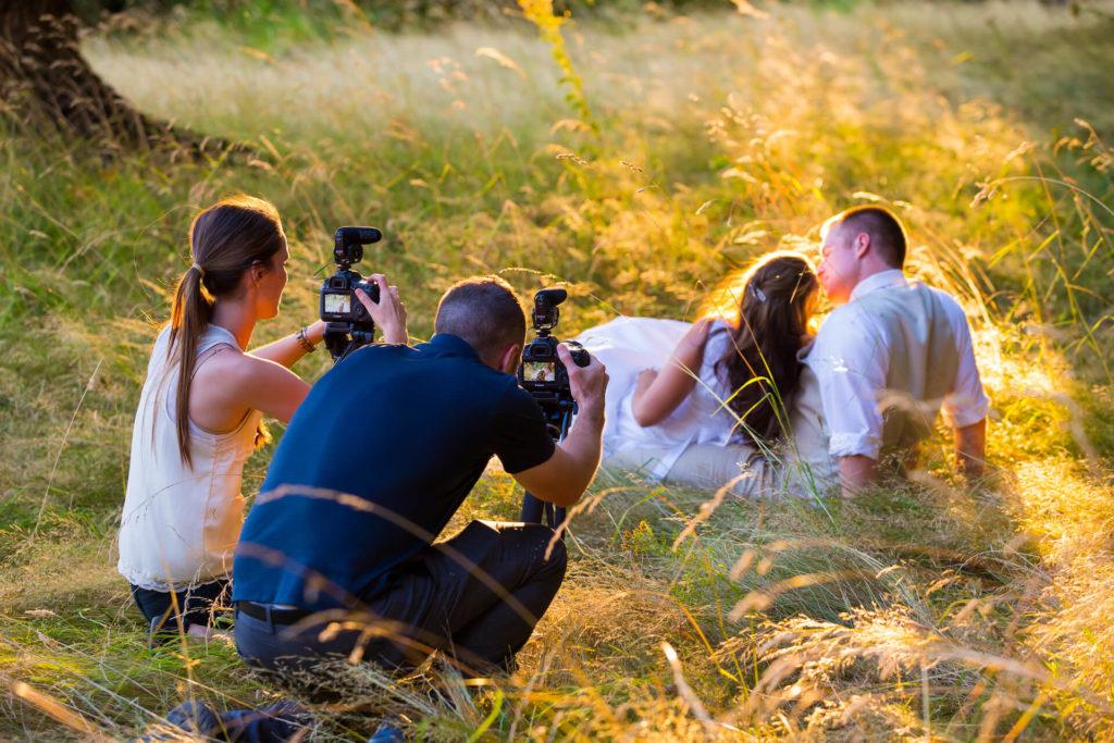 Svatební focení novomanželů v trávě zalité sluncem