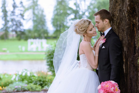 Novomanželský pár - romantika a focení v parku