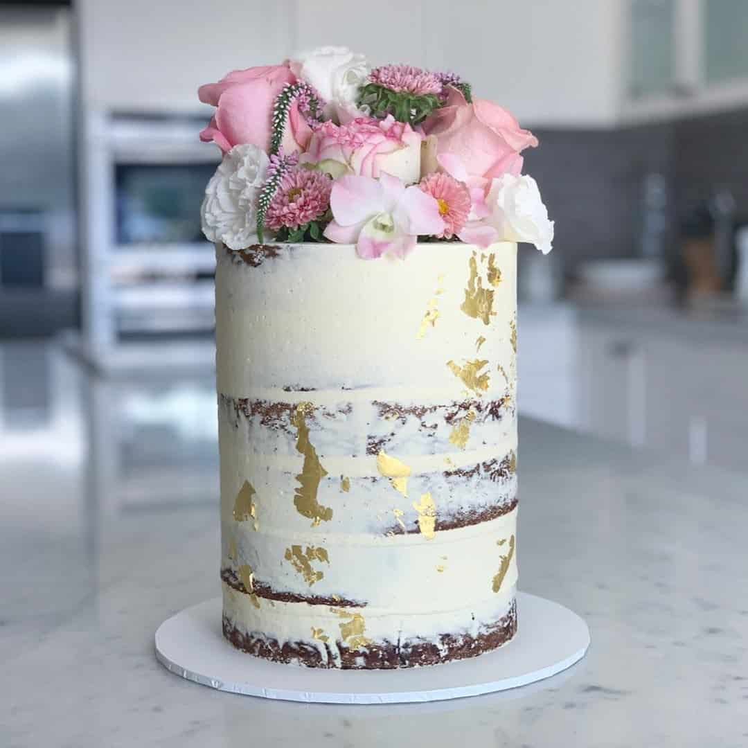 Elegantní svatební dort zdobený květinami od Cakes By Ellen
