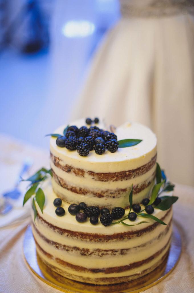 Dvoupatrový nahý svatební dort s borůvkama a ostružinama