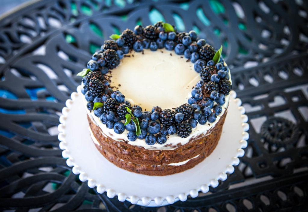 Jednopatrový nahý svatební dort s borůvkama