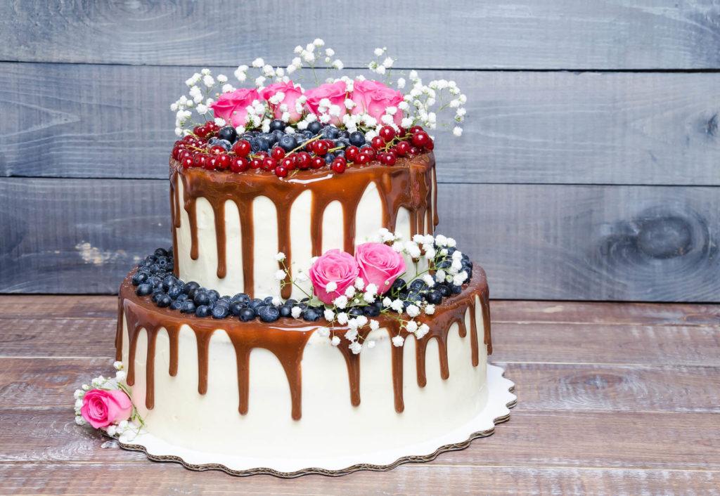 Svatební dort dvoupatrový s borůvkami politý čokoládovou polevou Ganache