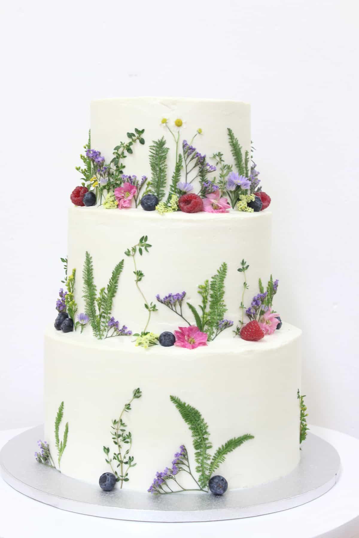 Svatební dort zdobený květinami (1234) od Lulus Bakery