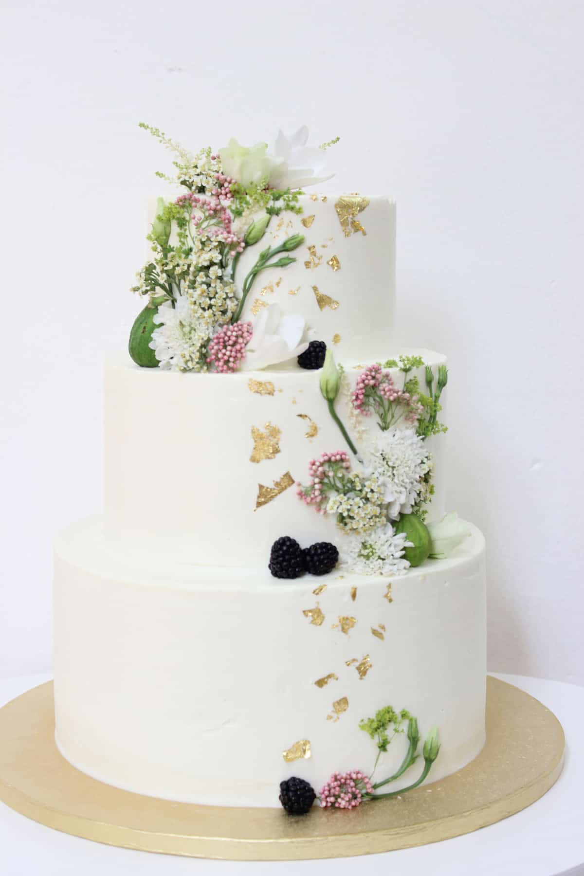 Svatební dort zdobený květinami (1451) od Lulus Bakery