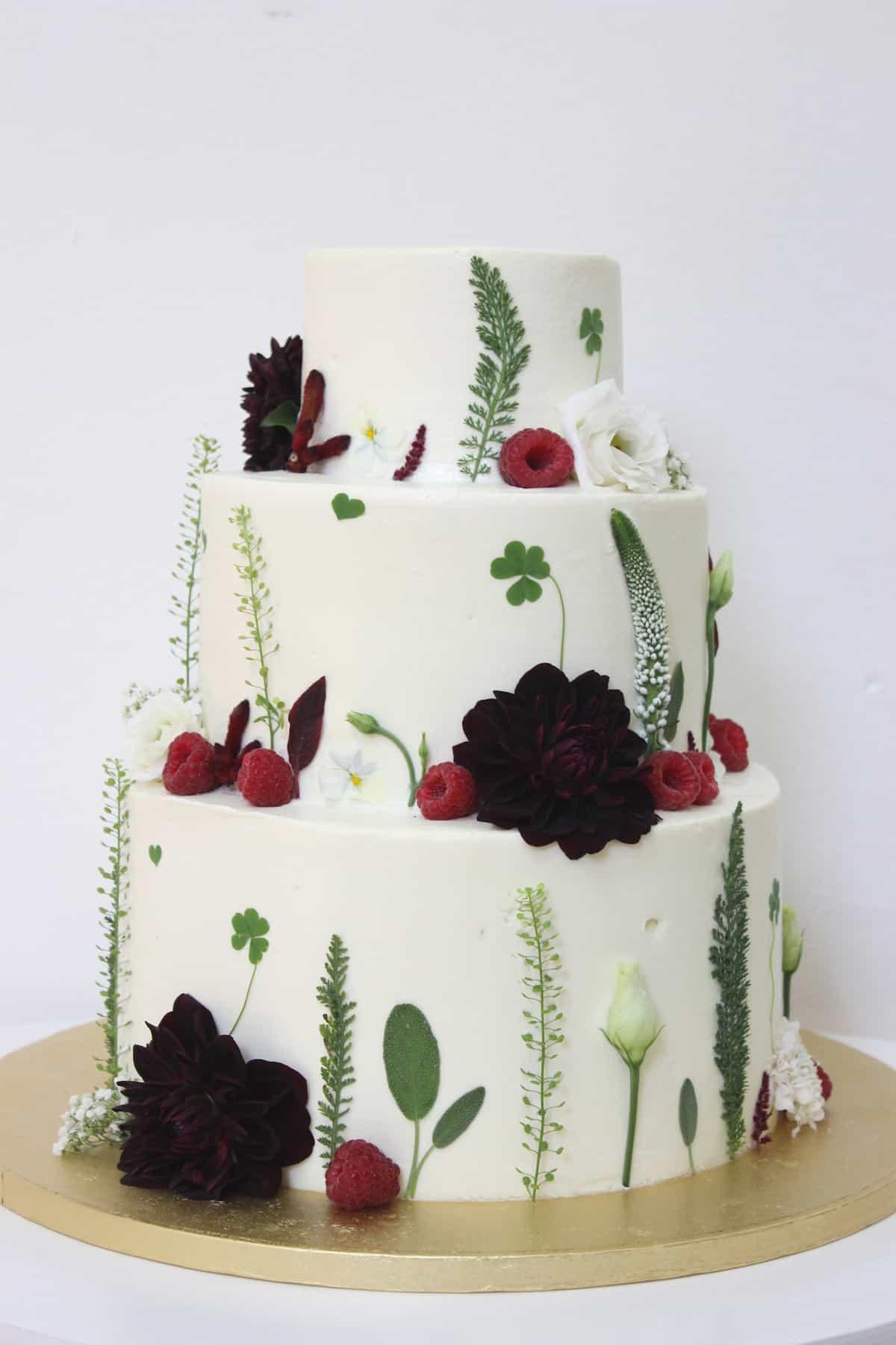 Svatební dort zdobený květinami (1467) od Lulus Bakery