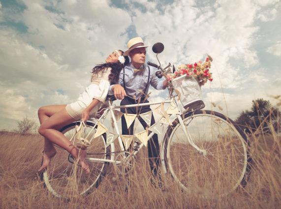 Svatební pár jede na svatební obřad polem na kole