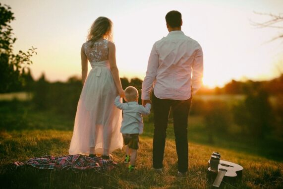 Novomanželé při západu Slunce se synem