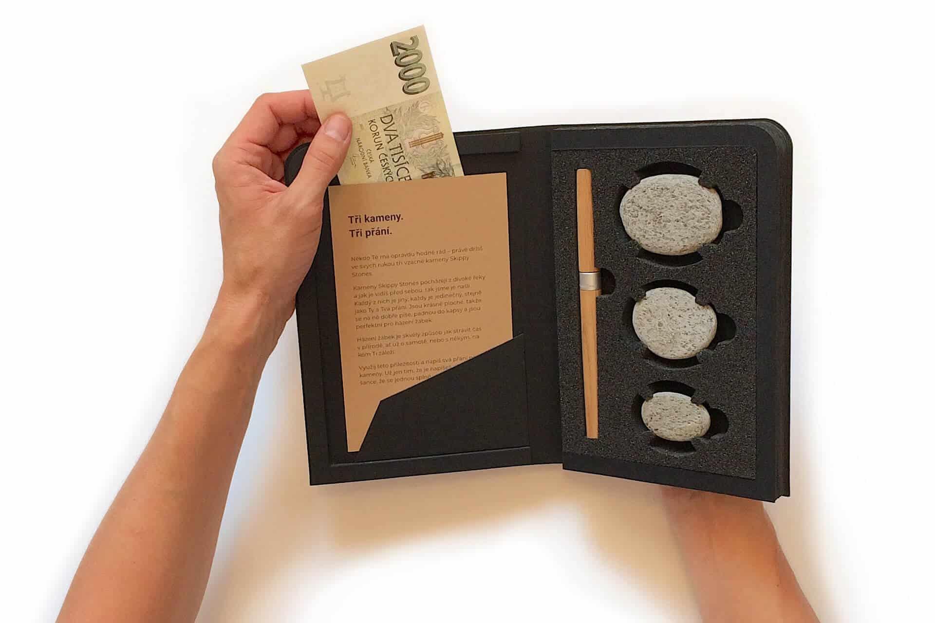 Skippy Stones - peníze lze darovat zasunuté v knize