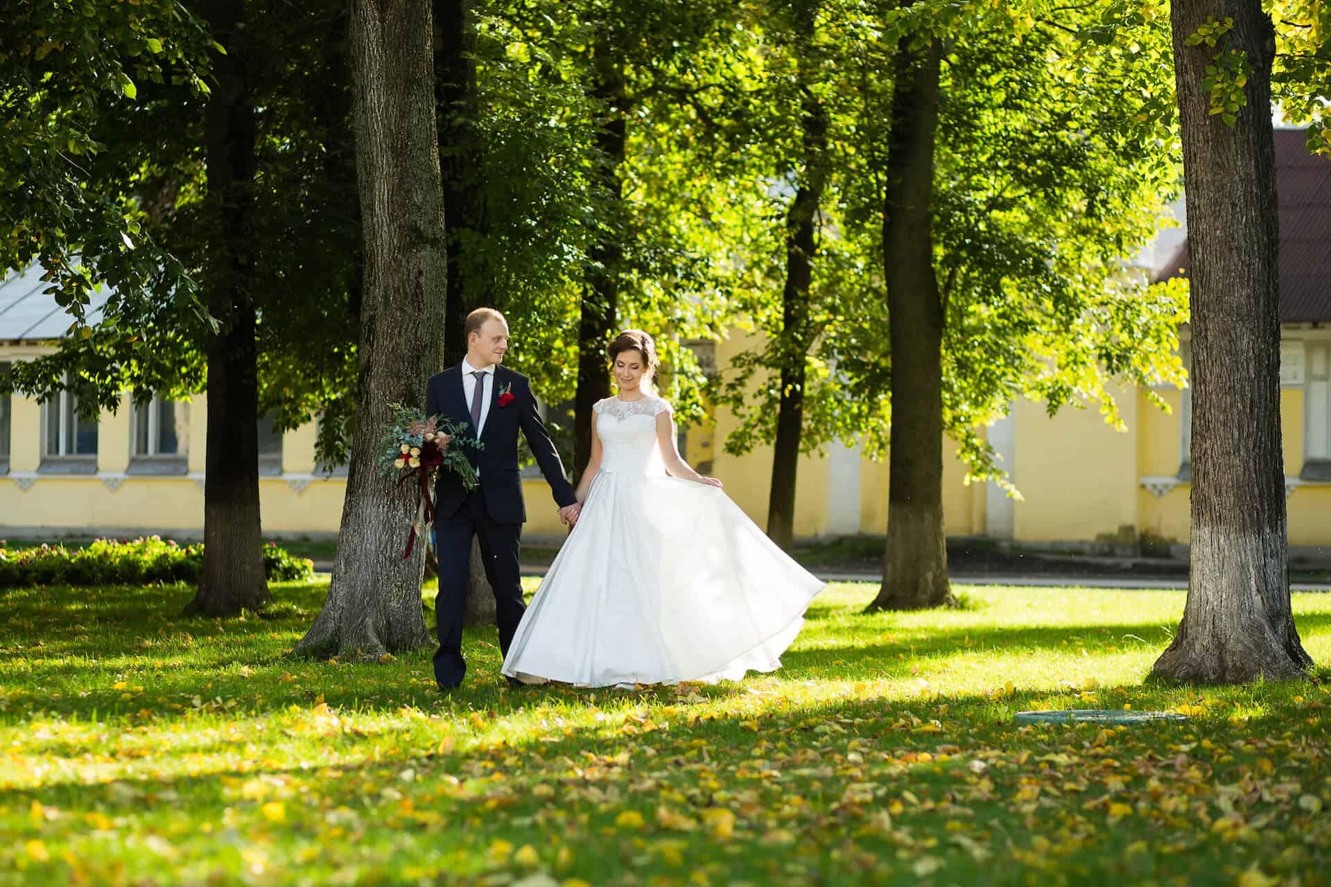 Nevěsta a ženich v lesní zahradě zámeckého parku