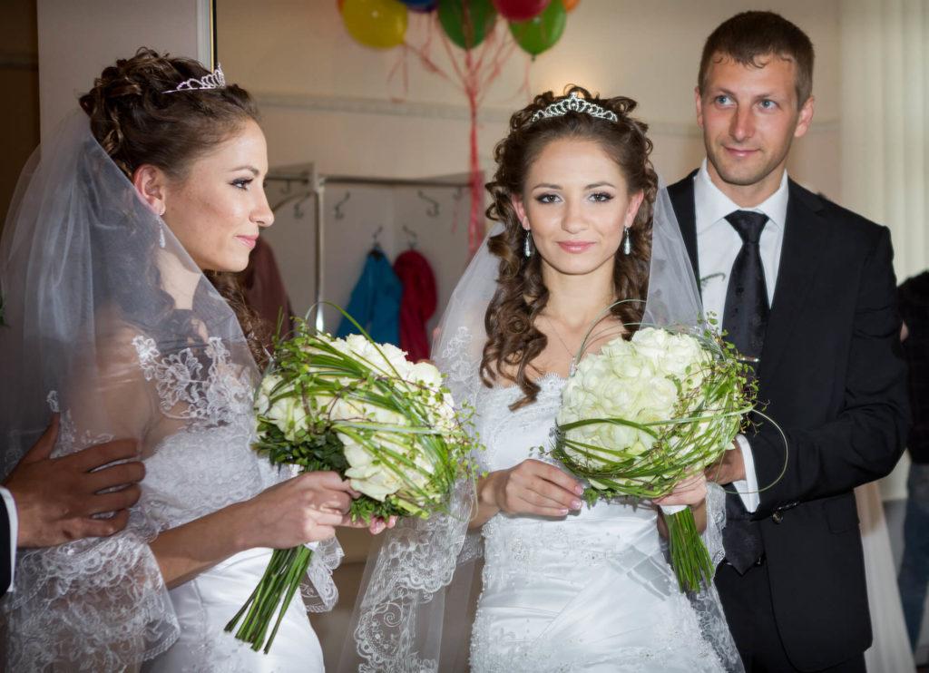 Nevěsta s kyticí a ženichem před zrcadlem