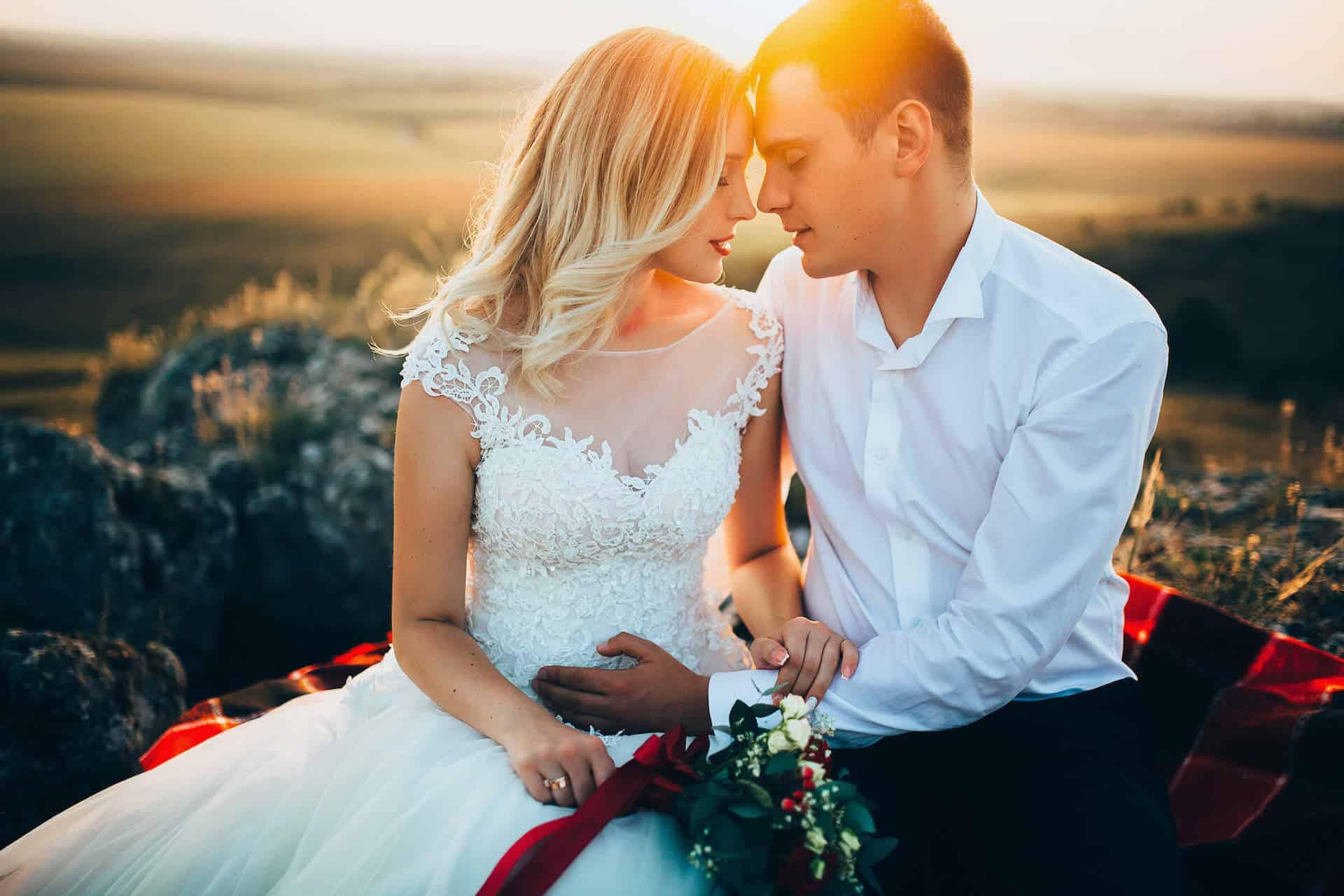 Krásný novomanželský pár zalitý sluncem