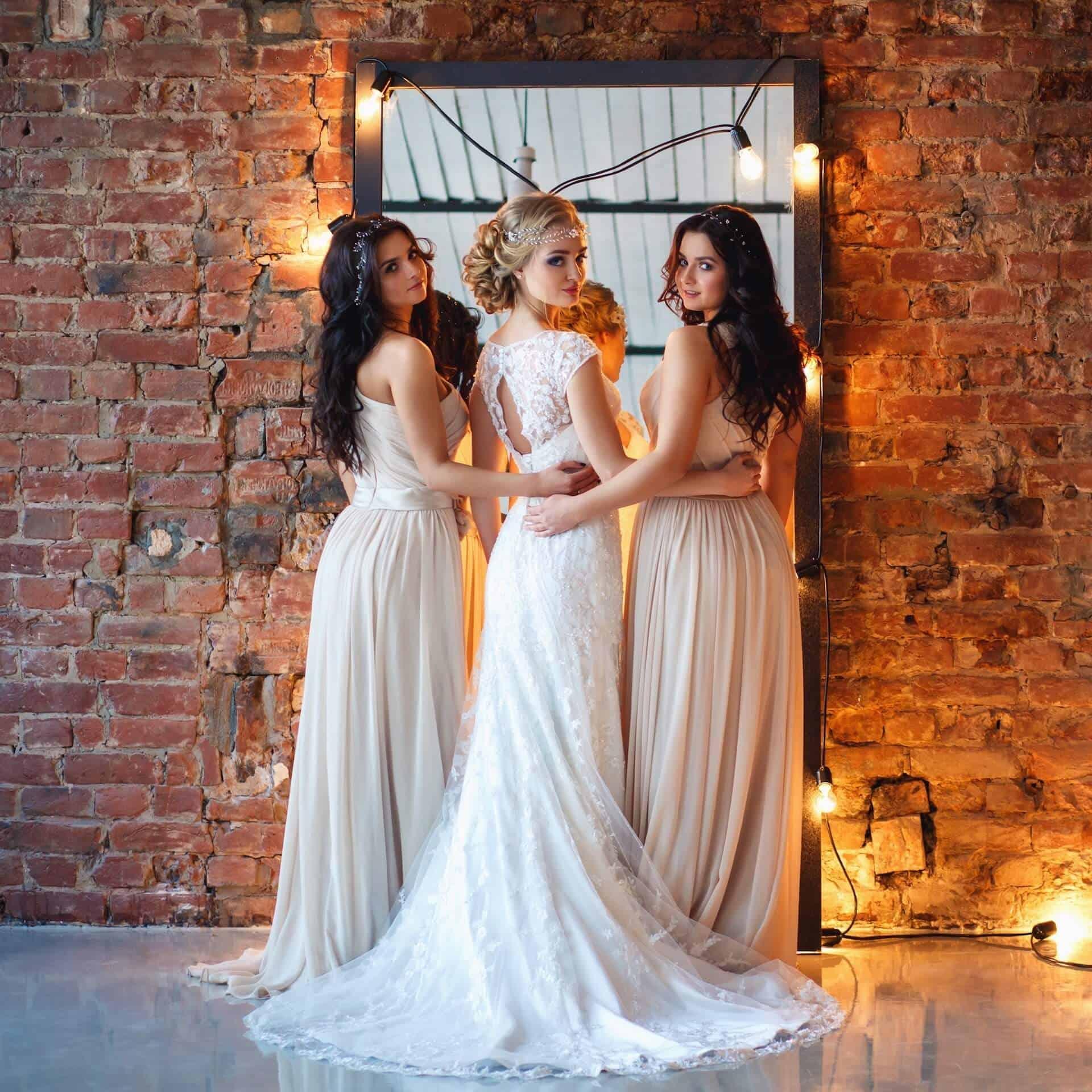 Nevěsta a dvě družičky otočené zády