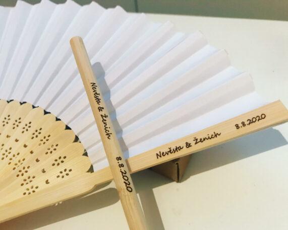 Svatební vějíře a bambusová brčka s gravírováním