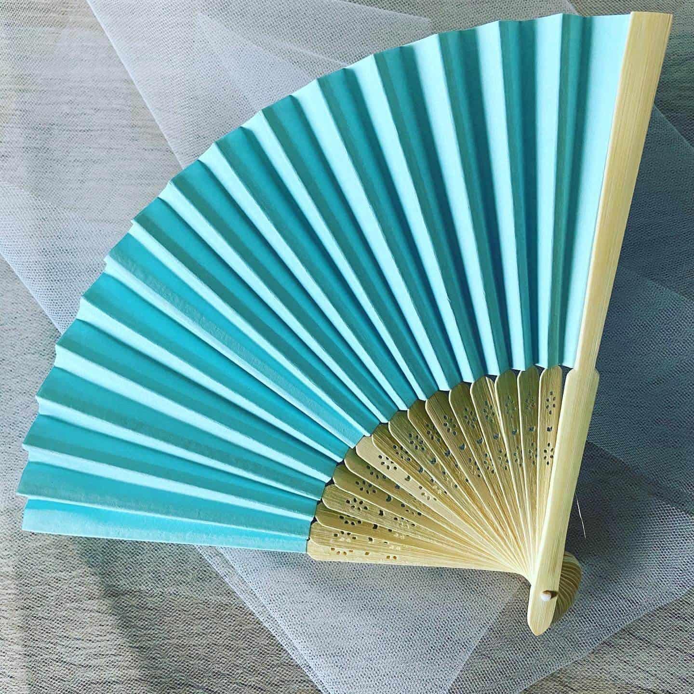 Originální a elegantní svatební vějíře s gravírováním, barva světle modrá