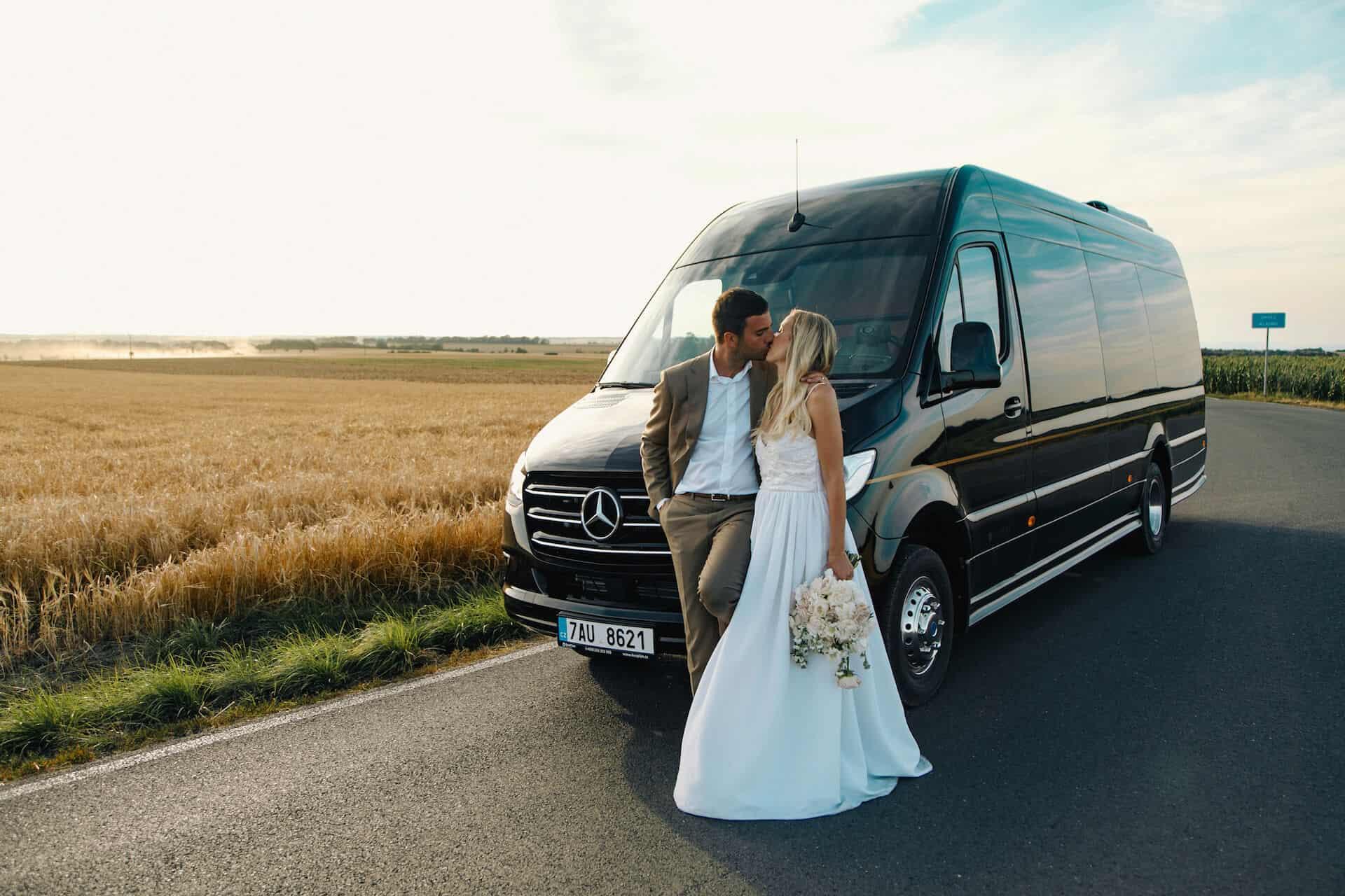 Luxusní all-inclusive limuzína, polibek u limuzíny