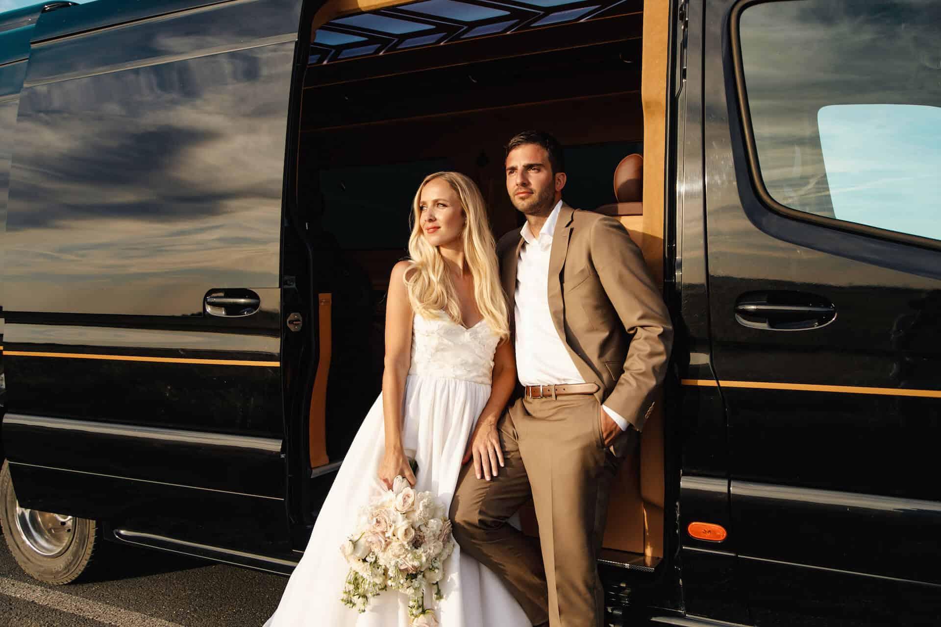 Luxusní all-inclusive limuzína s nevěstou a ženichem