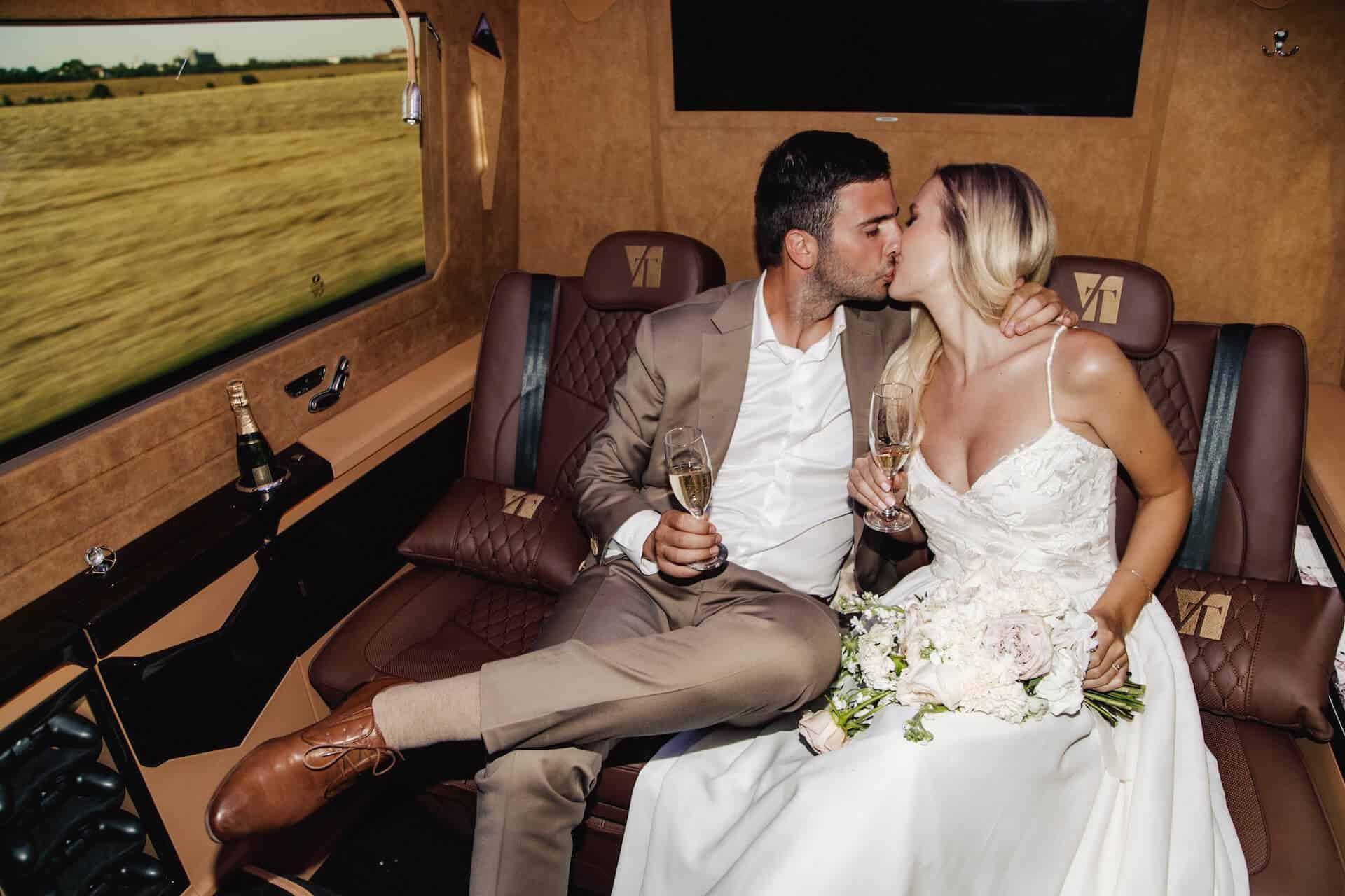 Luxusní all-inclusive limuzína, polibek v limuzíně