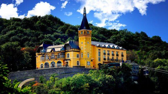 Hotel & restaurant zámeček Větruše, celkový pohled s lanovkou