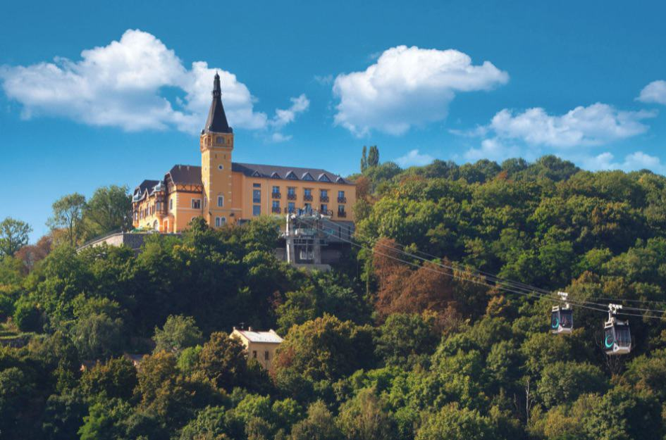 Hotel a restaurant Větruše, pohled s lanovkou